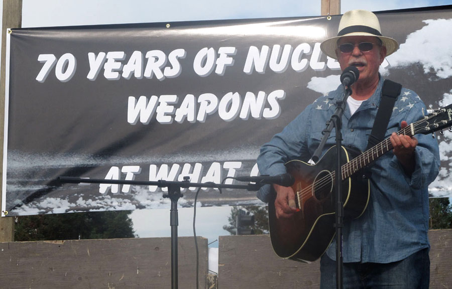 Country Joe McDonald performed a mini-concert of anti-war anthems and anti-Bomb ballads at the Livermore demonstration. Photo by Ellen Danchik